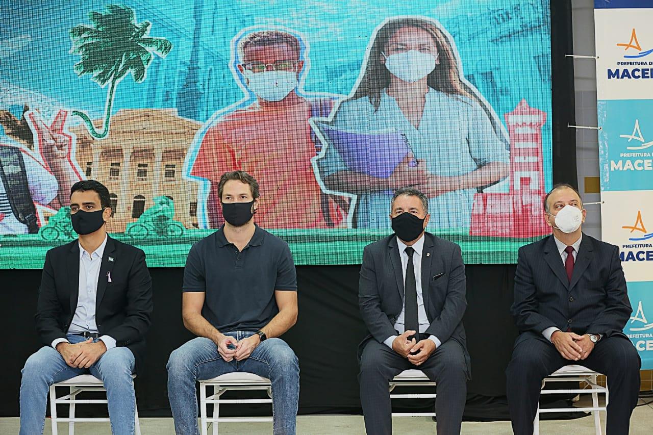 Manoel Cavalcante (no canto direito) representou o presidente do TJAL, Klever Loureiro, no lançamento do painel.