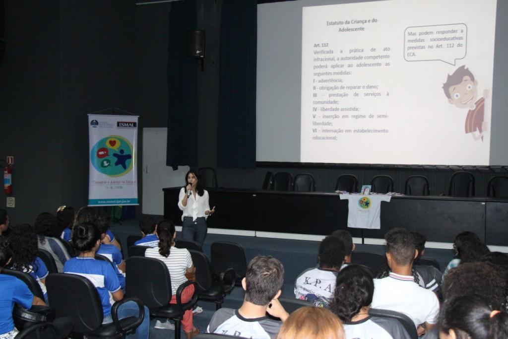 Edjane Padilha contou para os estudantes a história da criação do Estatuto da Criança e do Adolescente.