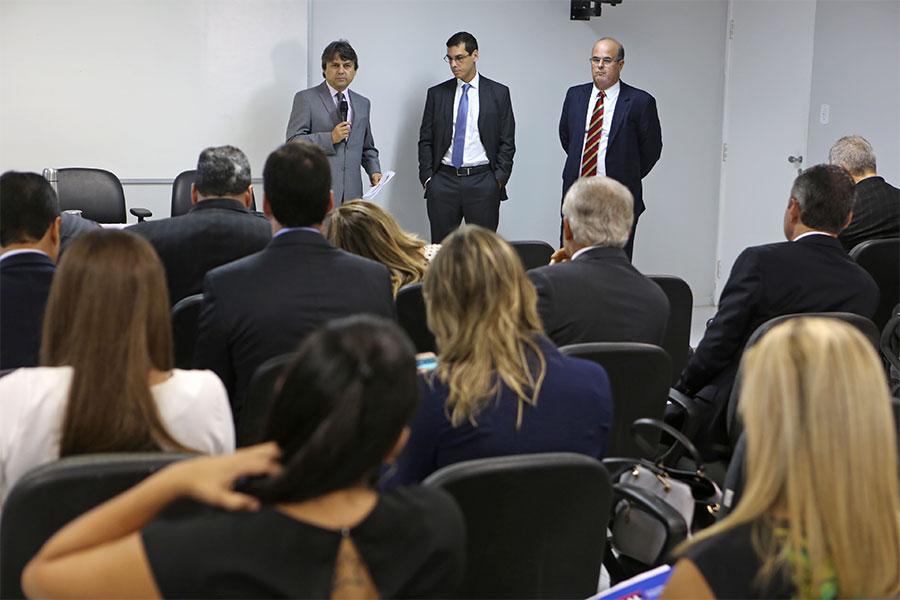 Juiz Alberto Jorge Correia, professor Swarai Cervone e desembargador Fernando Tourinho recebem os cursistas. Foto: Caio Loureiro