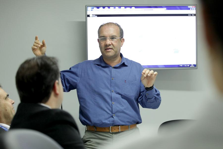 O servidor Cleógenes Rizzo explicou como funciona o programa. Foto: Anderson Moreira