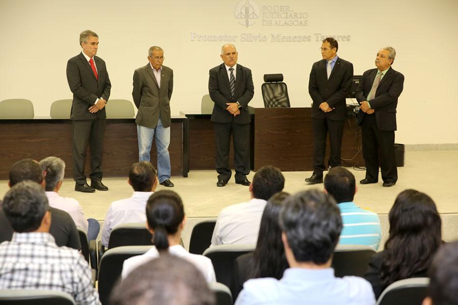 Desembargador Otávio Praxedes verificou as condições do Fórum de Penedo e entregou computadores às unidades da comarca.