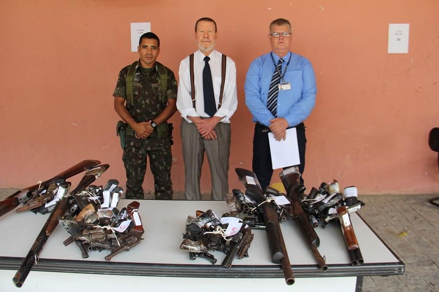 Tenente Contat, corregedor Paulo Lima e coordenador do CCAM acompanharam a entrega de armas