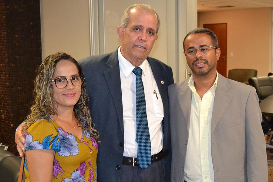 Desembargador Celyrio Adamastor, ao centro, Cícero Alves e sua esposa.