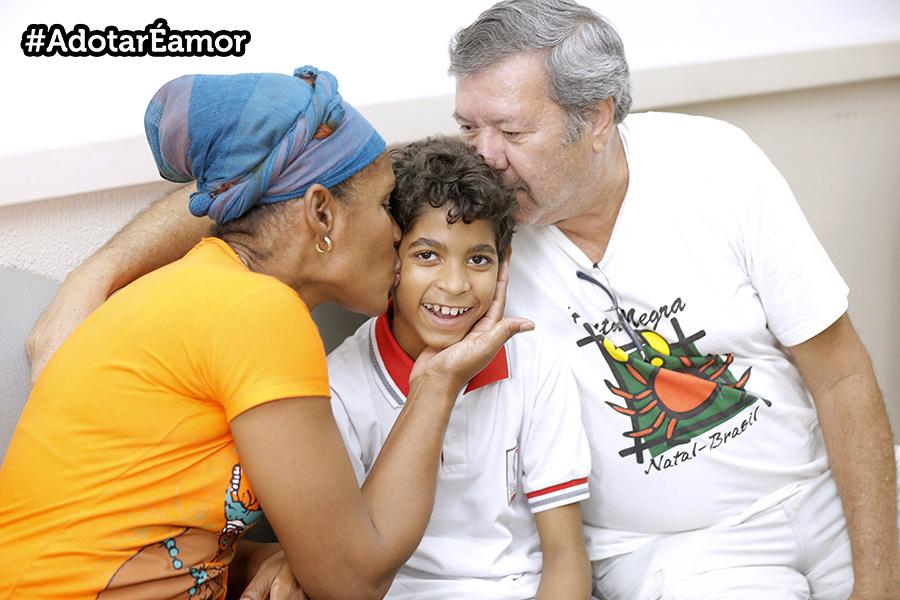 Regla e Luiz Carlos dividem suas rotinas, desde dezembro de 2017, com o filho do coração Jadson. Foto: Itawi Albuquerque