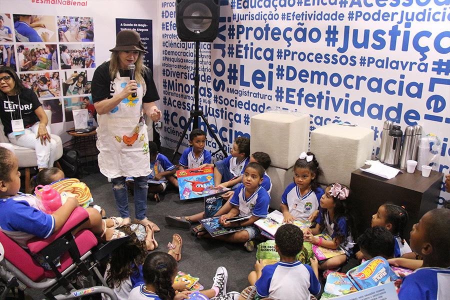 Crianças ouviram histórias no estande da Esmal e da Almagis, nesta terça (5).
