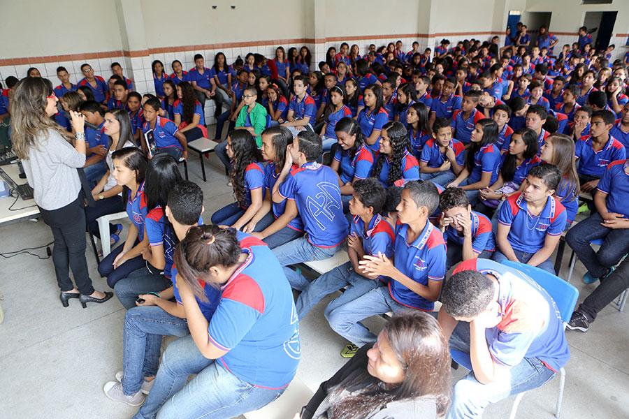 Assistente social Elvira Barreto falou aos estudantes sobre a importância de mudar a cultura da violência (Foto: Caio Loureiro)