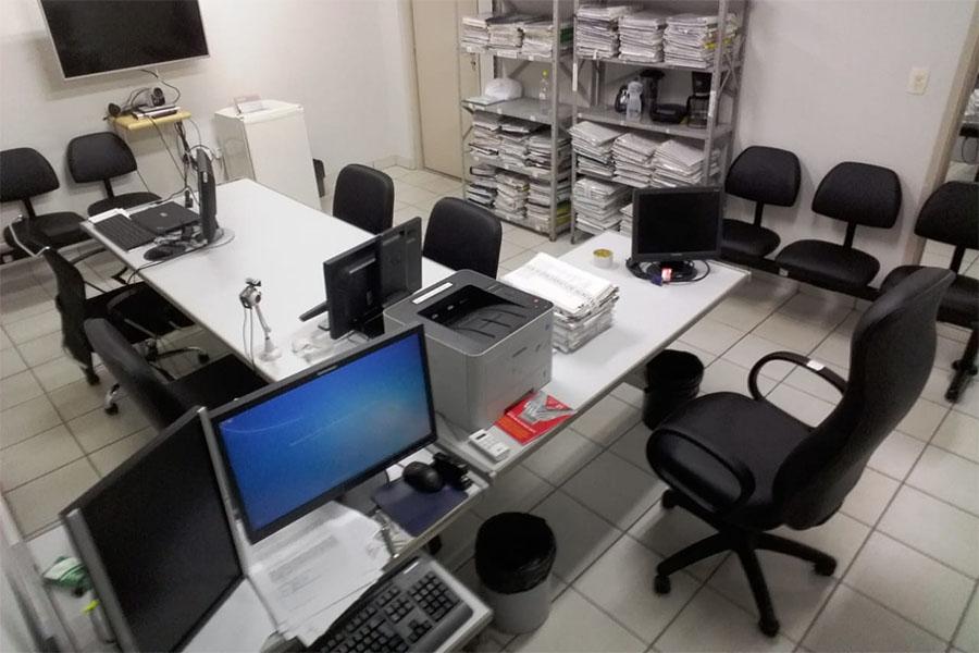 Cadeiras estão sendo reformadas por uma empresa especializada em estofaria.