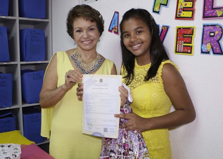 Juíza Ana Florinda entrega certidão de nascimento à adolescente Ana Alice Vieira, no seu aniversário em novembro passado.