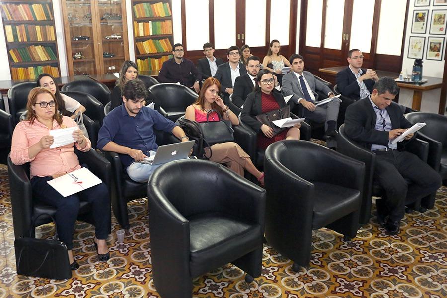 Pesquisadores formaram grupos de trabalho para debates.