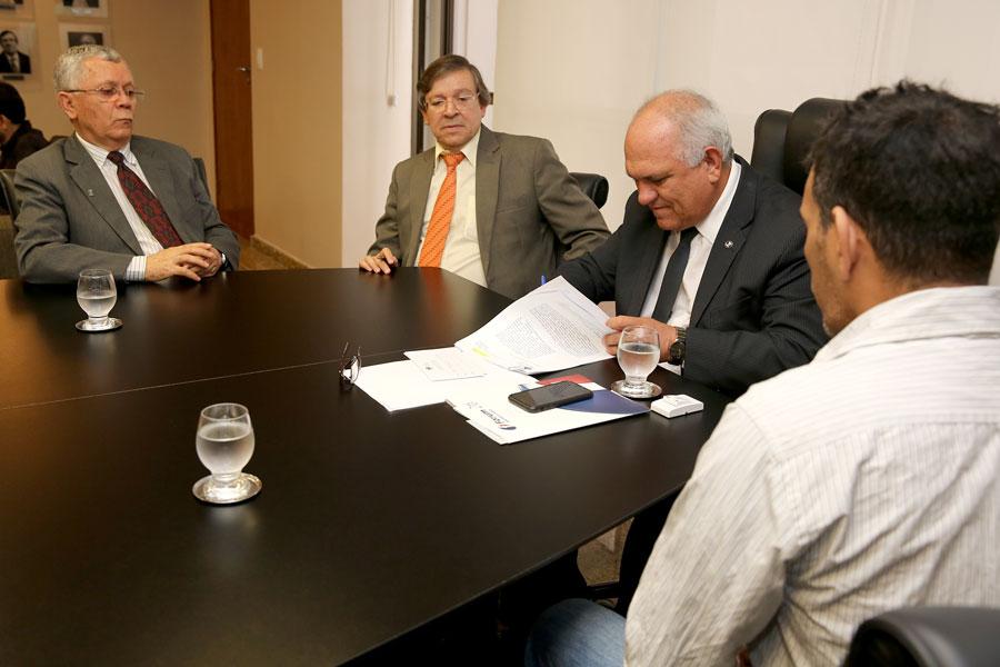 Otávio Praxedes assina termo de cooperação; de costas, representante dos Nárcóticos Anônimos.