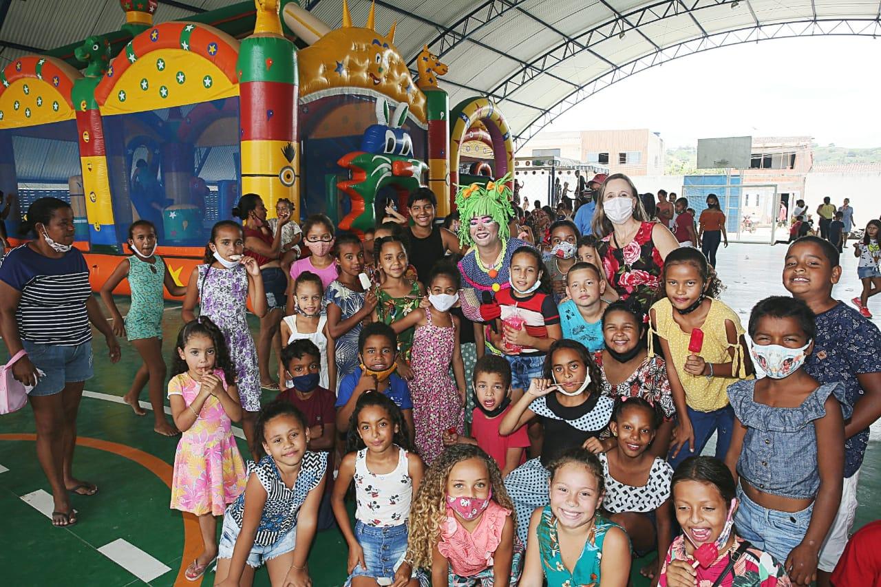 Juíza Juliana Batistela (no fundo, à direita) com crianças durante festa em Viçosa.