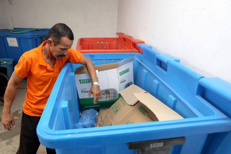 Funcionário acomoda em depósito material reciclável coletado entre servidores do Judiciário