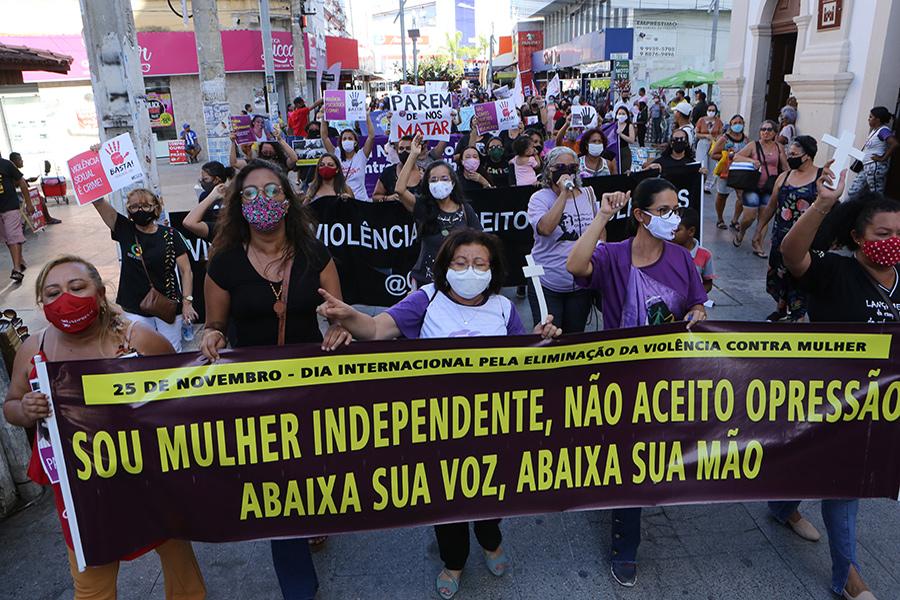 Mulheres seguiram pelas ruas do Centro de Maceió até a Praça Deodoro. Foto: Adeildo Lobo
