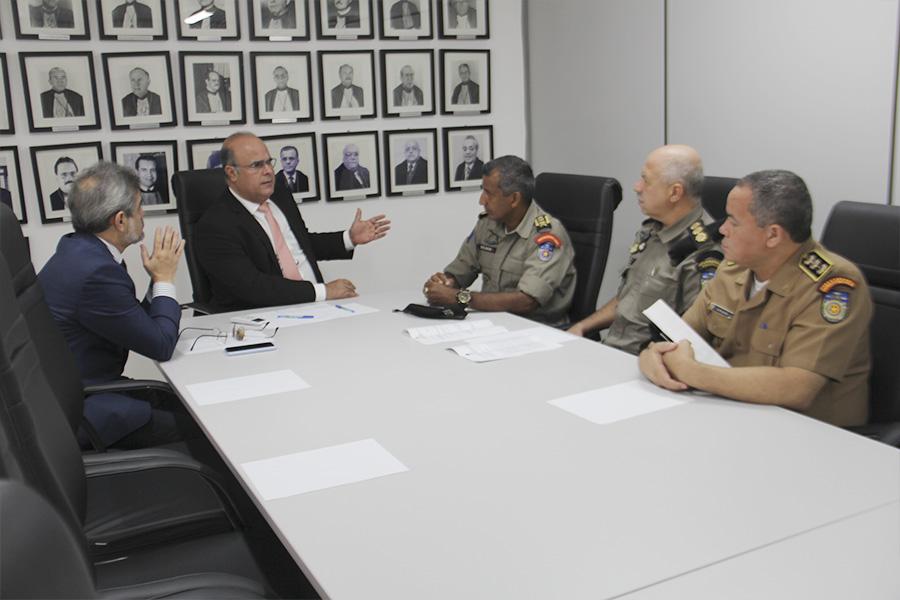 Corregedor dialoga com coronéis da Polícia Militar. Foto: Anderson Moreira
