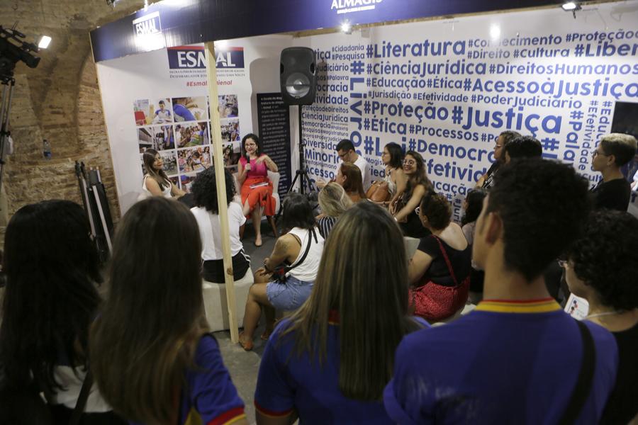 Juíza Lívia Mont Alverne e a servidora Andrea Santa Rosa conduziram os debates sobre feminismo. Foto: Anderson Moreira