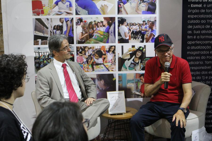 Desembargador Fábio Bittencourt acompanhou a oficina conduzida pelo juiz Ricardo Lima. Foto: Anderson Moreira