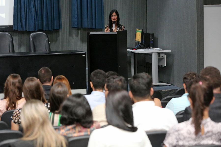 Professora Cláudia Maria Cruz Santos, doutora em Direito pela Universidade de Coimbra, abriu o seminário.