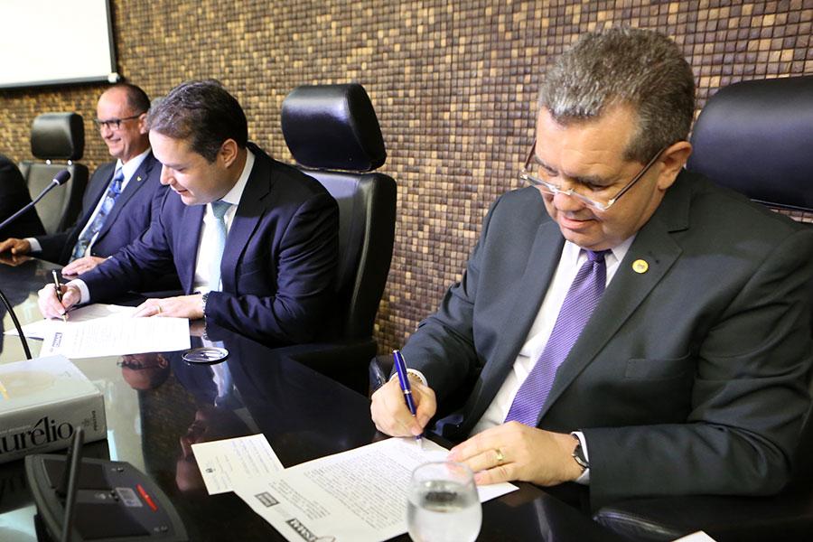 Washington Luiz e Renan Filho assinam termo de cooperação.