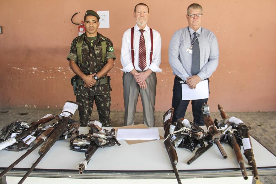 Tenente Contat, Corregedor e coordenador do CCAM participaram da entrega de armas