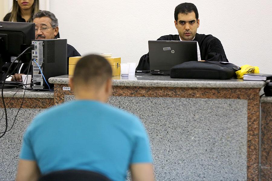 Juiz Diego Araújo Dantas presidiu o júri nesta quinta-feira (1º), em Santana do Ipanema (Foto: Caio Loureiro)