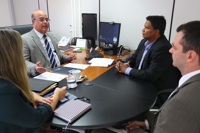 Corregedor dialoga com representante da Secretaria de Ressocialização e Inclusão Social, coronel Marcos Sérgio. Foto: Itawi Albuquerque