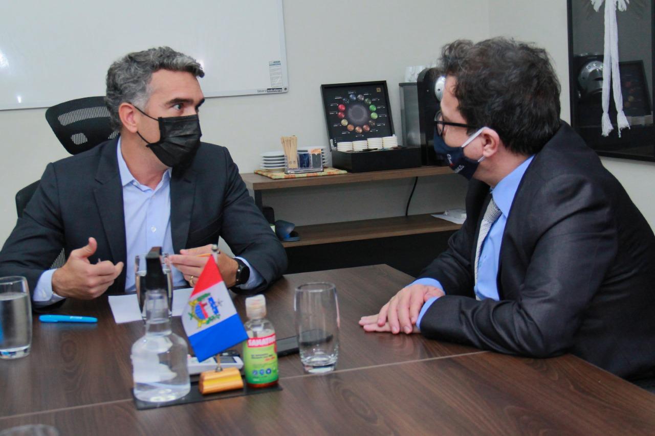 Secretário Rafael Brito e o desembargador Tutmés Airan durante reunião na sede da Seduc. Foto: Adeildo Lobo