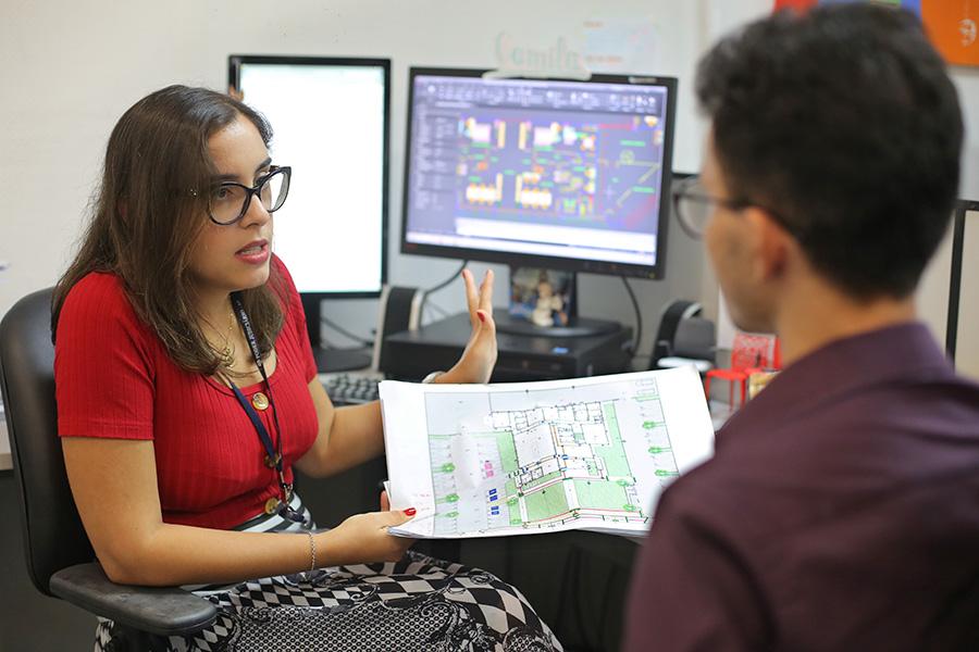 Arquiteta Camilla Marques Vasconcellos explica a importância de manter o layout determinado pelo DCEA. Foto: Itawi Albuquerque