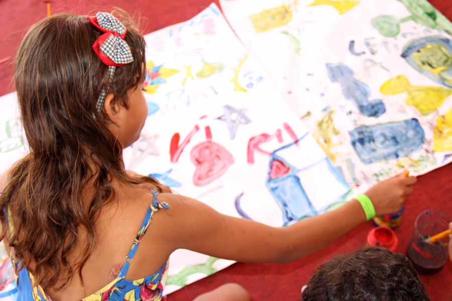 Crianças pintaram e participaram de brincadeiras na Bienal do Livro, nesta sexta (8).