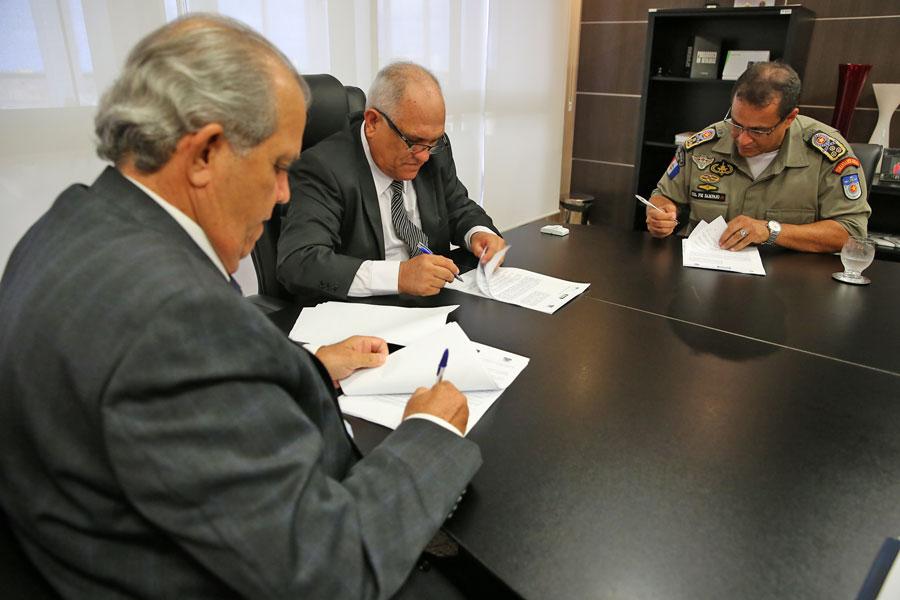 Vice-presidente Celyrio Adamastor, presidente Otávio Praxedes e comandante Marcos Sampaio assinam convênio.
