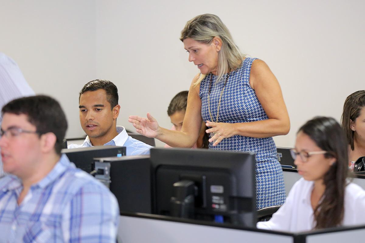 Luciana Luna, servidora do TJ/AL, orienta estudantes sobre o uso do SAJ. Foto: tawi Albuquerque