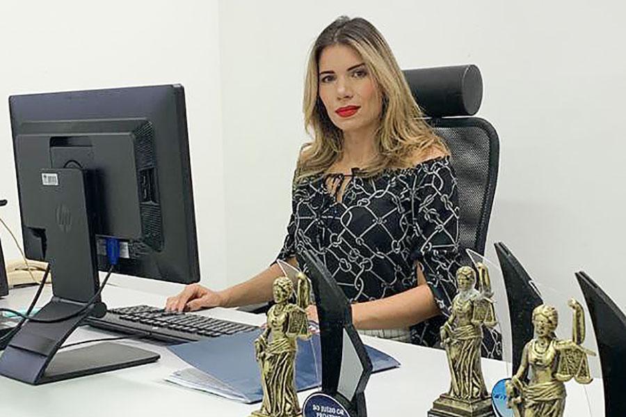 Juíza Soraya Maranhão, com troféus ganhos em outras edições do Juízo Proativo.
