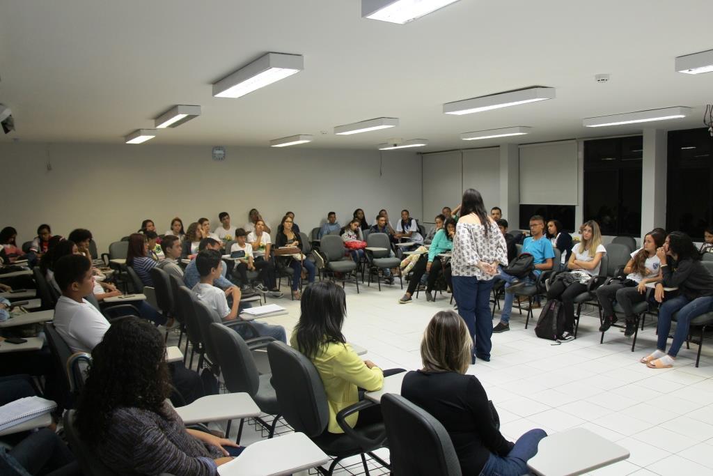 Mediadora Moacyra Rocha ministrando aula para estudantes da rede pública.