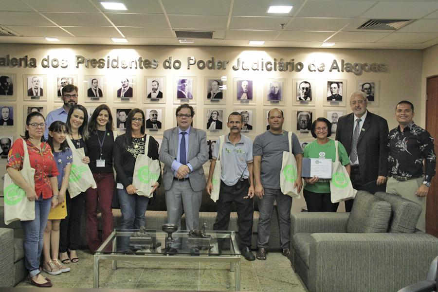 Presidente Tutmés Airan e os servidores que se destacaram na coleta seletiva do Judiciário.