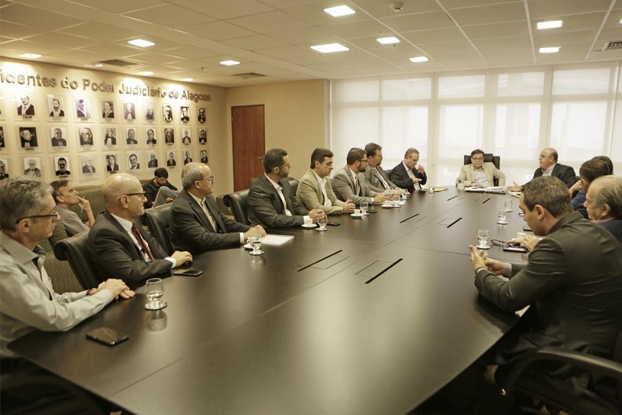 Desembargadores se reuniram com representantes dos cartórios e do setor produtivo imobiliário.