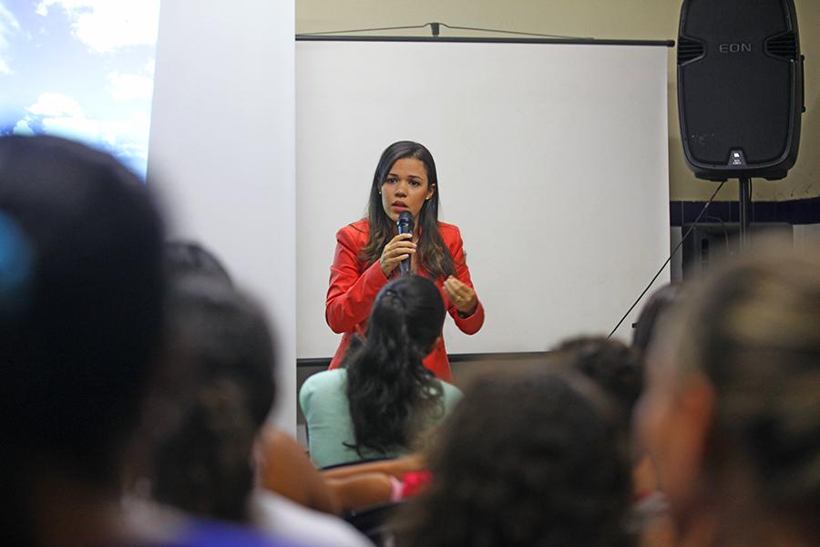 Juíza Eliana Machado durante palestra na escola Donizete Calheiros. (Foto: Anderson Moreira)