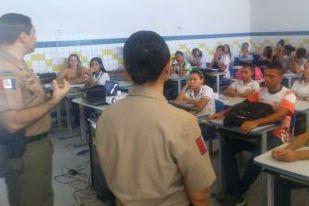 Policiais conscientizam jovens do bairro Farol contra o uso de drogas