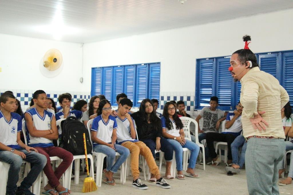 Palhaço Bruguello se apresentou para os estudantes da Escola João Sampaio.