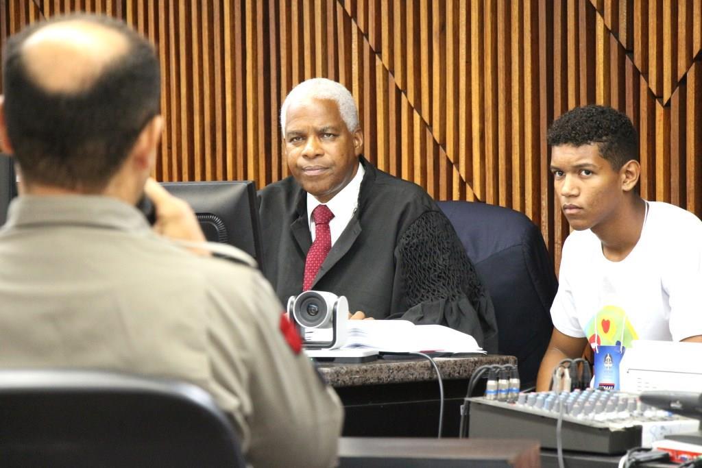 Ruan de Oliveira acompanhou parte da sessão ao lado do juiz John Silas.