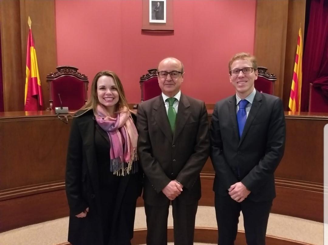 Presidente do Tribunal Superior da Catalunha, ao meio, e juiz Anderson Passos, à direita.