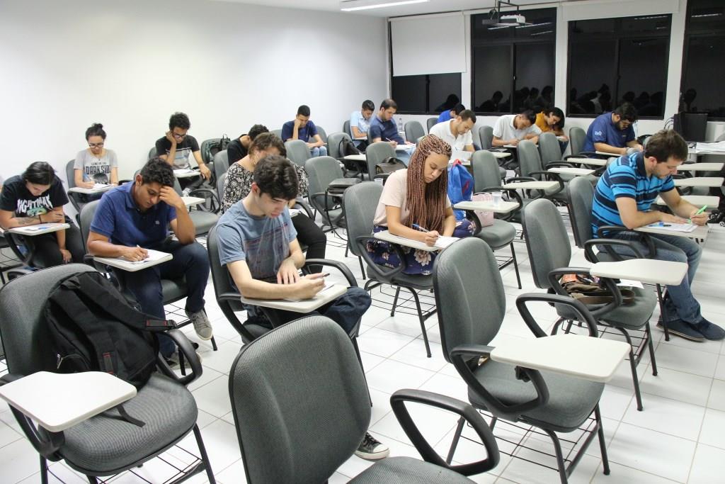 Estudantes universitários realizaram a prova nesta segunda-feira (12)