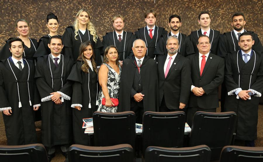 Presidente Otávio Praxedes com os 12 novos juízes integrantes do Judiciário de Alagoas.