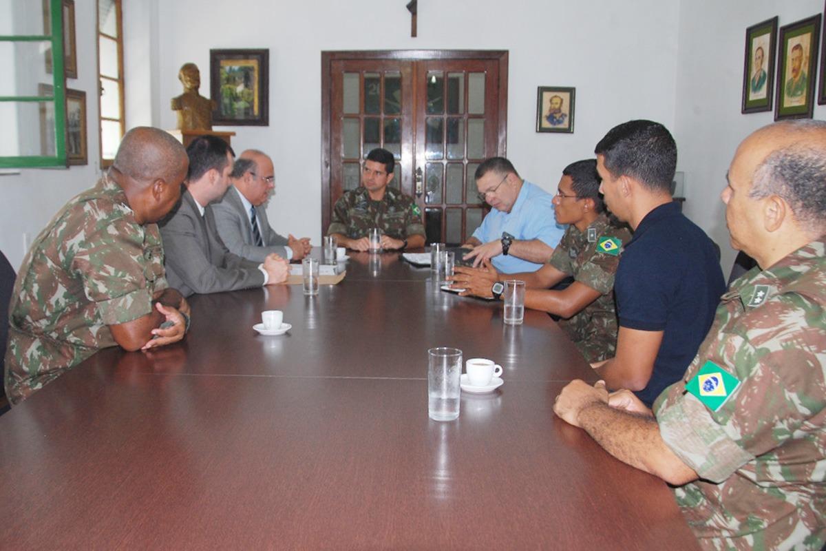 Tourinho dialoga com comandante do 59º BIMtz e equipe. Foto: Ascom