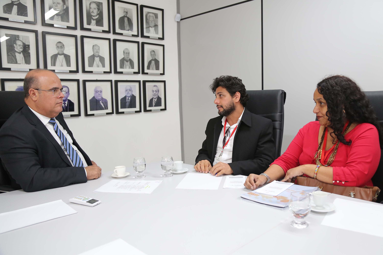 Corregedor dialoga com Armando Macedo e Andrea Belchior. Foto: Itawi Albuquerque