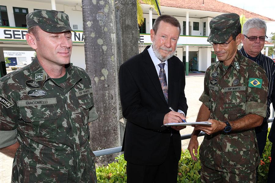 Corregedor Paulo Lima fez a entrega simbólica das munições ao Exército