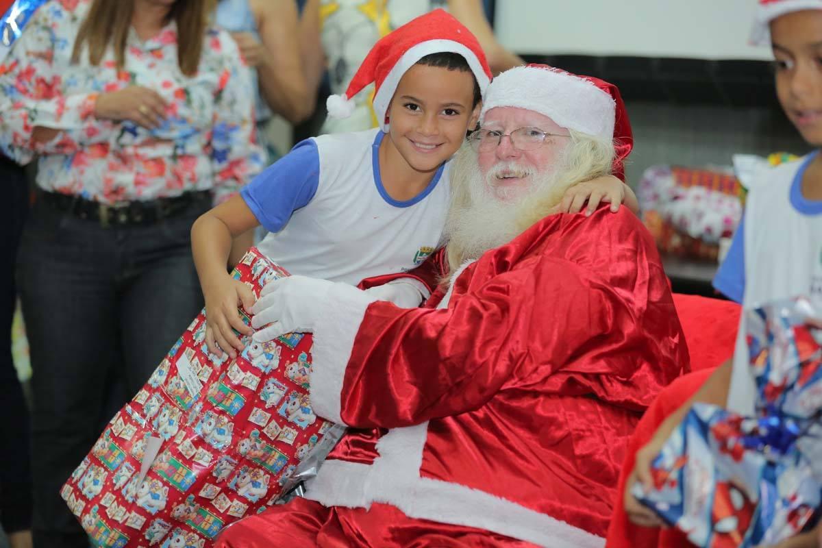 A hora da foto com o Papai Noel era o momento mais aguardado pelas crianças.