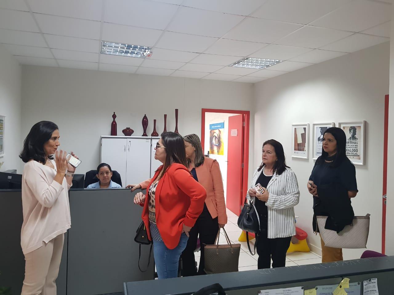 Representantes do Judiciário e da ALE conheceram o funcionamento da Casa da Mulher Brasileira, em Campo Grande.