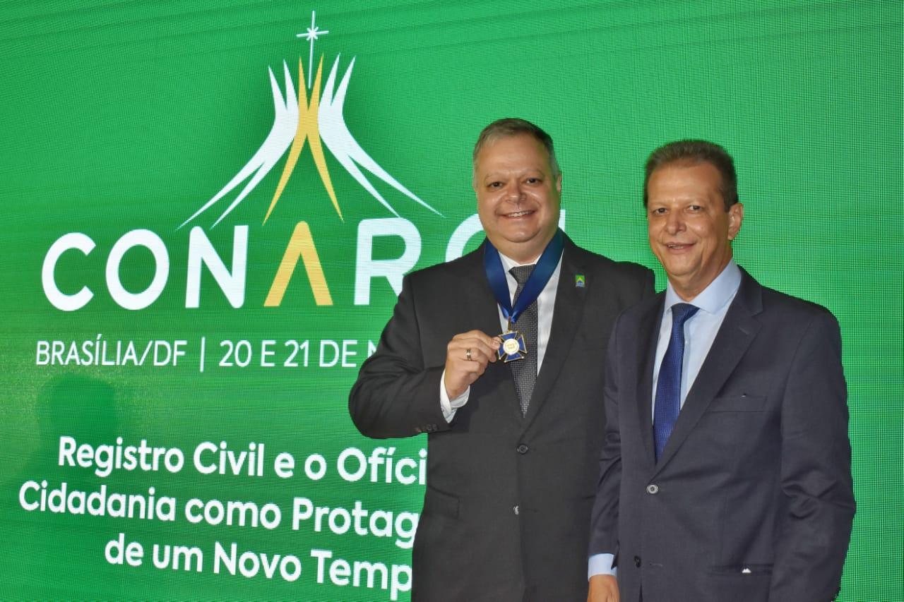 Presidente da Arpen Brasil recebe medalha Décio Antônio Erpen