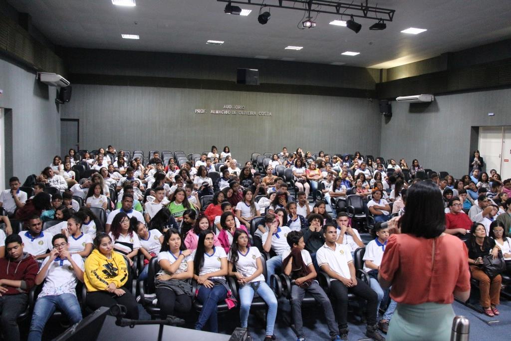 Juíza Carolina Valões ministrou palestra para os estudantes.