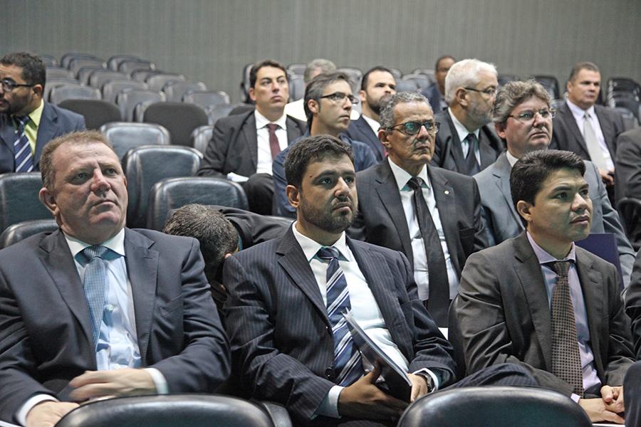 Magistrados acompanham discussões.