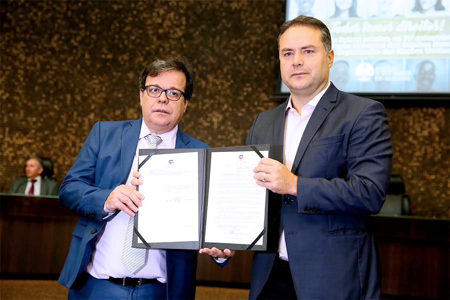 Tutmés  e Renan mostram lei sancionada, em história sessão solene no TJAL